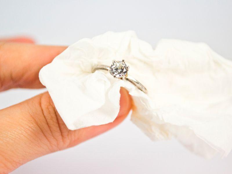 Желая почистить серебро в домашних условиях, чрезмерно усердствовать не стоит, украшения с драгоценными камнями требуют осторожности при чистке