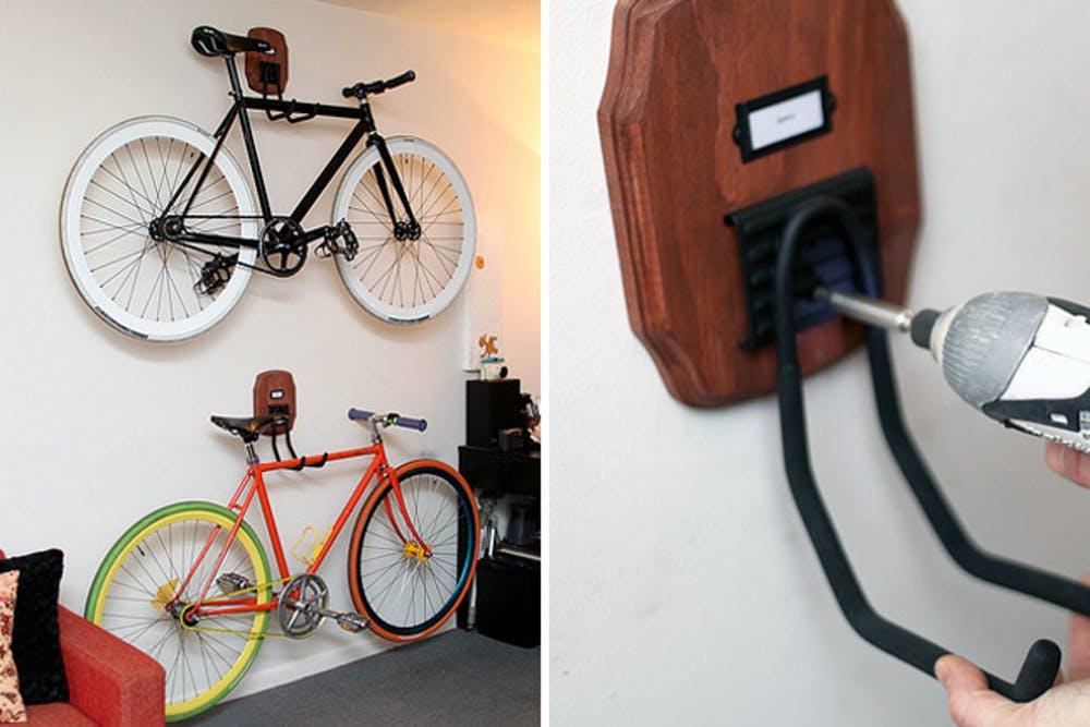 За крючки велосипед можно подвесить к стене горизонтально