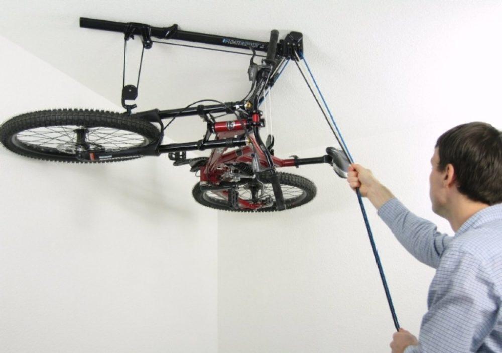Расположение велосипеда лежа под потолком займет меньше места
