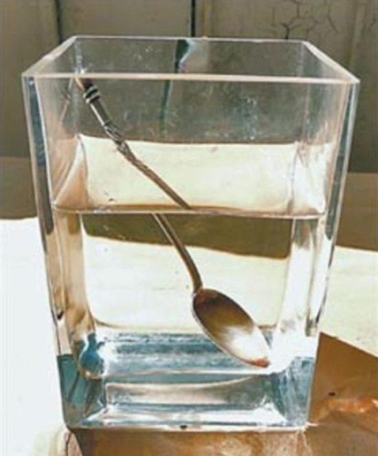 Если в стакане с водой оставить серебряную ложку, она быстро потемнеет