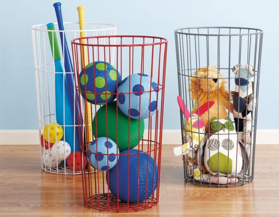 Хранить мячи и мягкие игрушки можно в проволочной корзине