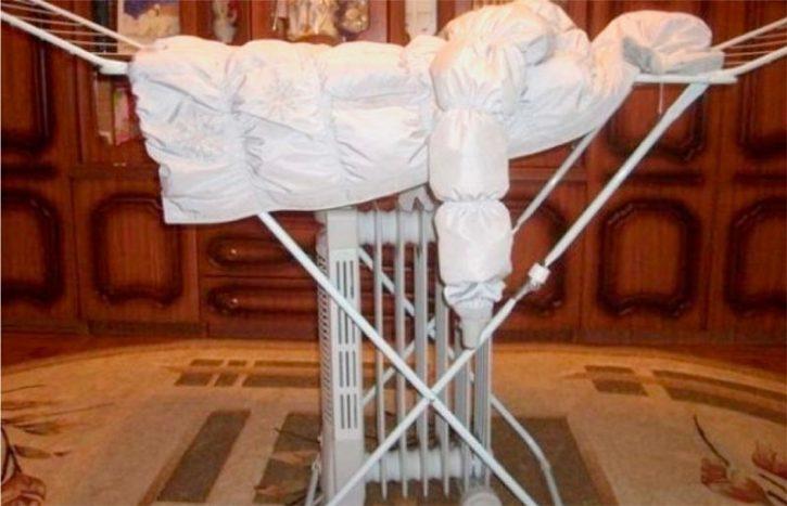 Нельзя сушить пуховую куртку возле отопительных приборов, феном. Пух должен высохнуть в естественных условиях на плечиках, чтобы не запрел