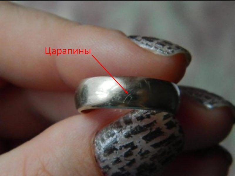 Если во время чистки заметите, что на изделии появилась хоть малейшая царапина, следует сразу прекратить воздействие, чтобы не повредить металл