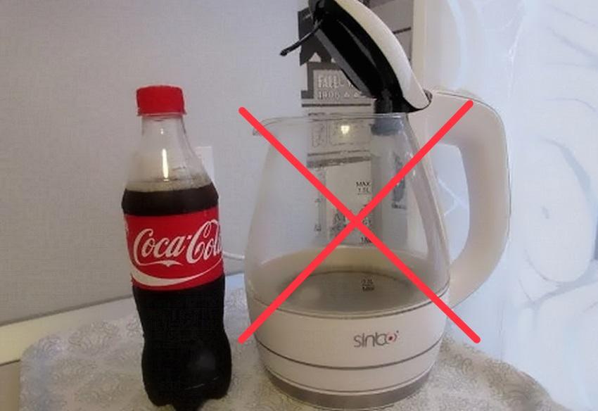 Не используйте Колу и другие газированные напитки, чтобы очистить электрочайник от накипи. Нагревательный элемент может сломаться. Кроме этого, могут окраситься внутренние стенки чайника