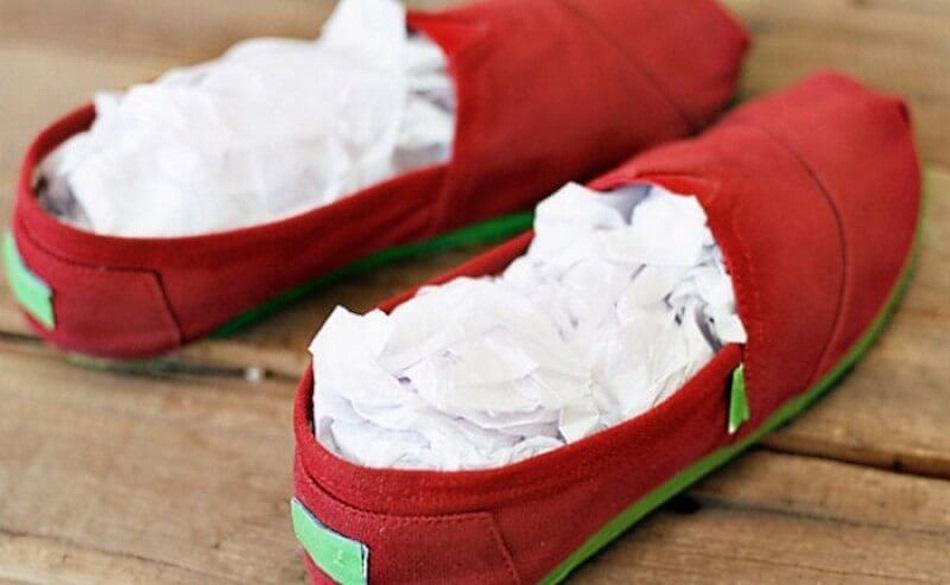Обувь из замши должна сохнуть при комнатной температуре, иначе она загрубеет