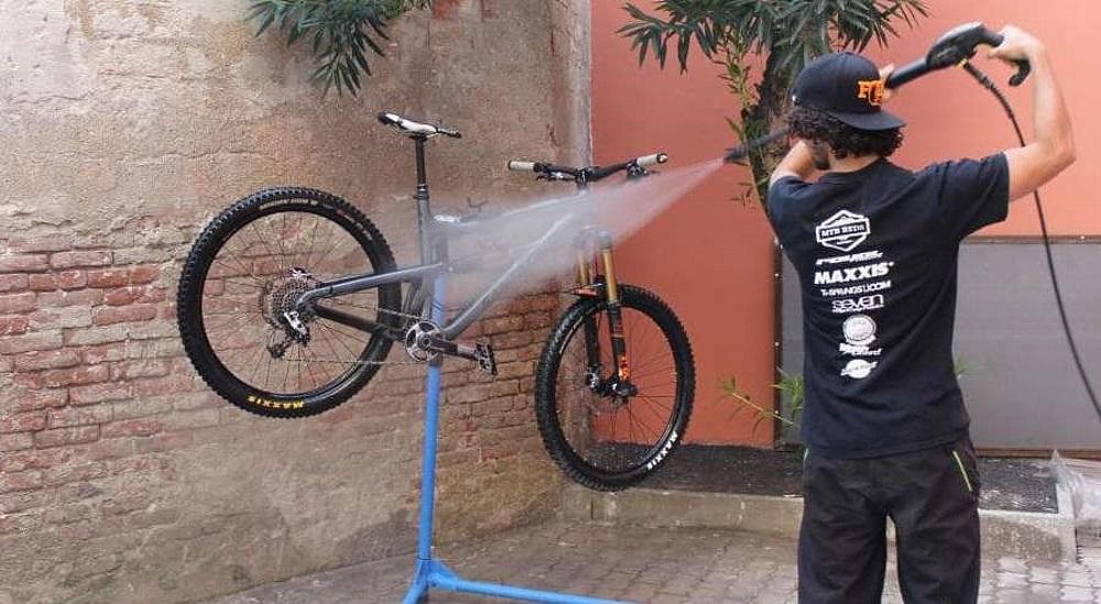 Перед простоем велосипед нужно помыть, это можно сделать на автомойке