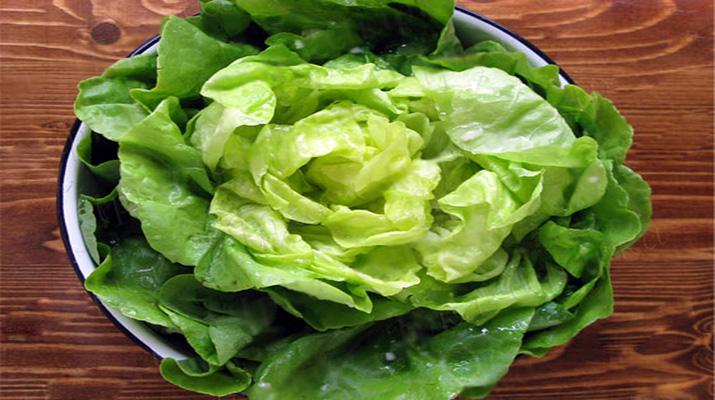 Листья салата нужно поместить в просторную емкость, чтобы зелень полностью погрузилась в маринад. На фото — емкость недостаточно глубокая