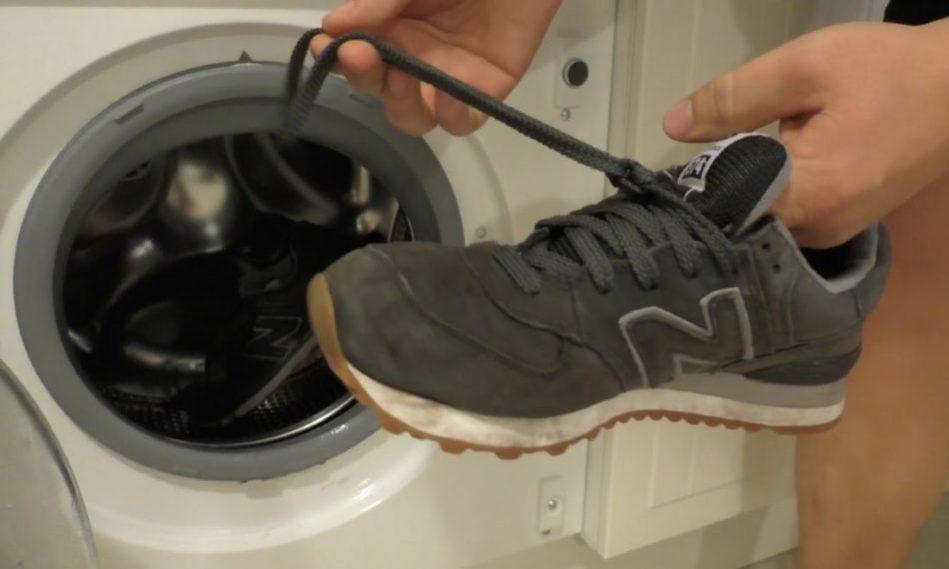 Если замшевая обувь сильно грязная, ее можно постирать вручную. Не в машине! Иначе материал испортится