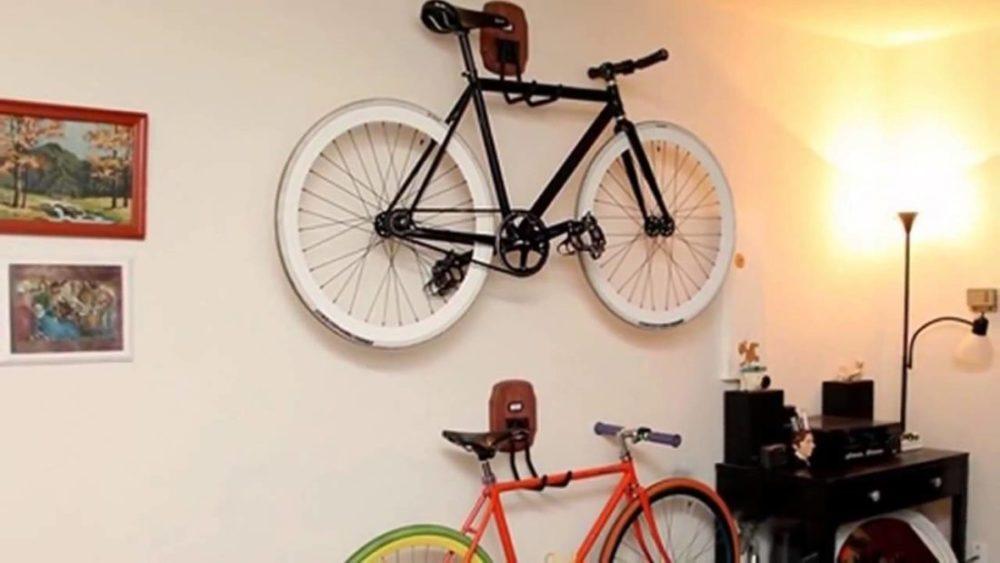 Велосипед можно повесить на стену за раму на крючки