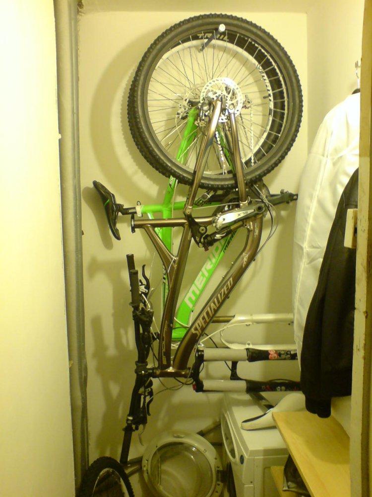 Велосипед можно установить в углу кладовки