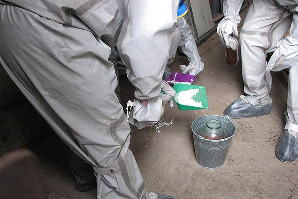 На фотографии сотрудники МЧС очищают от ртути помещение. Но если вы разбили градусник, они не приедут собирать ртуть, потому что такое небольшое количество вы соберете самостоятельно