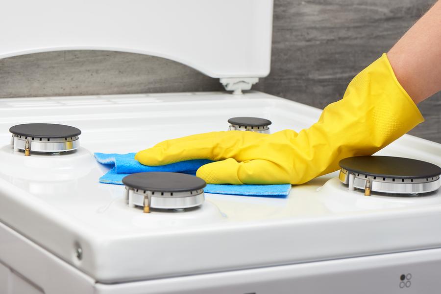 Надевайте перчатки во время мытья плиты — так вы защитите кожу рук от вредного состава средства