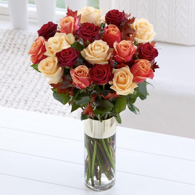 Долго стоят розы, если их стебли свободно впитывают воду. На фото — тесная ваза для такого количества цветов