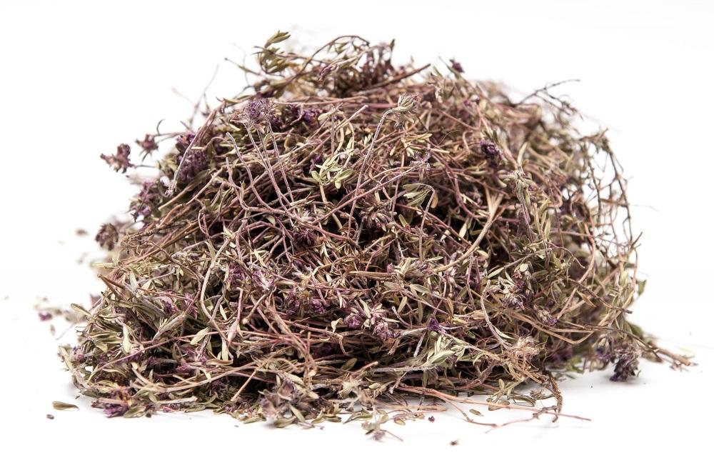 Готовность травы определяется уменьшением объема примерно наполовину. Тимьян сушеный становится ломким, тусклым и темным