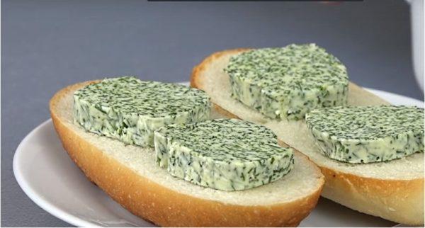 Нарезанные ломтики закусочного масла хороши с тостами и гарнирами