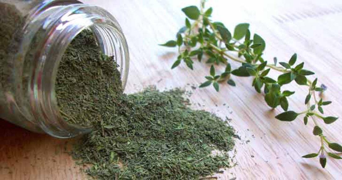 Лучшая тара, в чем хранить сушеные травы — стеклянная или керамическая емкость с герметичной крышкой. Можно использовать тканевые мешочки или картонную упаковку
