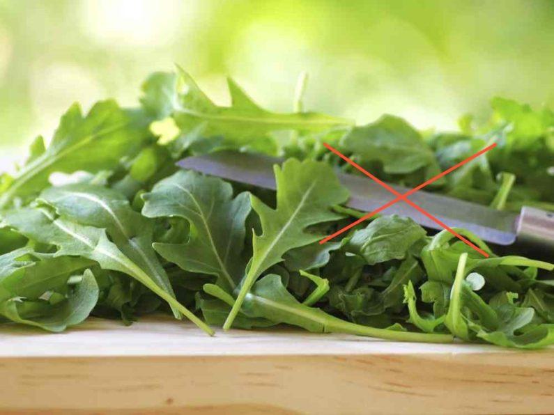 При соприкосновении с металлом листья окисляются. Если резать ножом, то керамическим или рвать руками