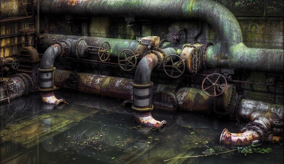 Если в подвале здания старые водопроводные трубы, то высока вероятность проникновения пара через трещины в стенах и полах. В квартирах появляется конденсат. С проблемой чаще сталкиваются жильцы верхних и нижних этажей