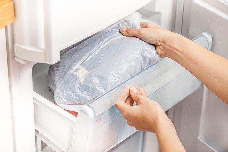При воздействии низких температур резинка становится хрупкой, её легко можно будет снять с одежды пинцетом, соскоблить ножом