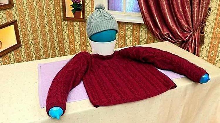 Поместите в рукава свитера надувные шары, чтобы они держали форму