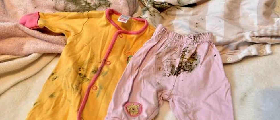 Плесень на одежде оставляет трудно выводимые следы. На фото рубаха после стирки. Если в шкафу есть запах сырости, обработайте его раствором уксуса и проветрите