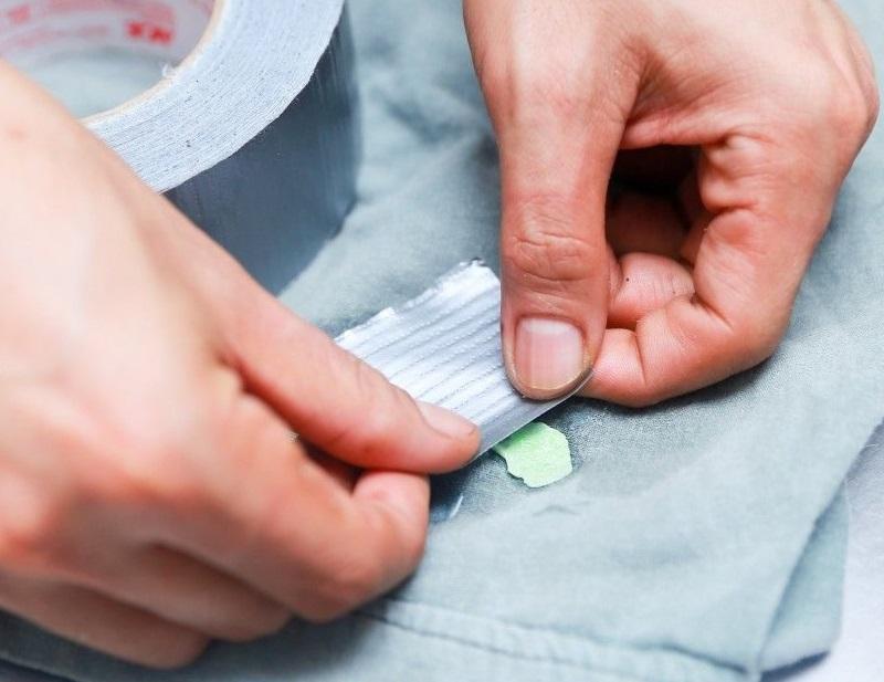 Прилепляй скотч на «проблемное» место, пока все остатки резинки не останутся на липкой ленте