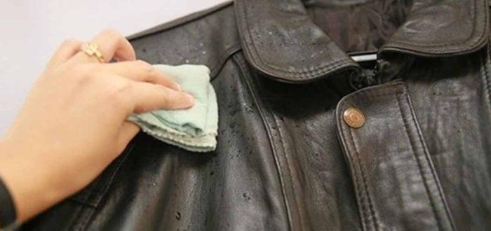 Спасти кожаную куртку, сумку или брюки можно несколькими способами. Но, прежде чем приступить к чистке изделия, следует очистить место загрязнения от пыли и другого мусора