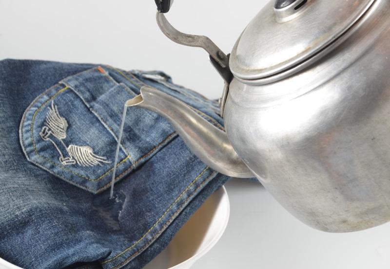 При нагревании жвачка становится мягкой, текучей, её можно аккуратно убрать щёткой или другим неострым предметом
