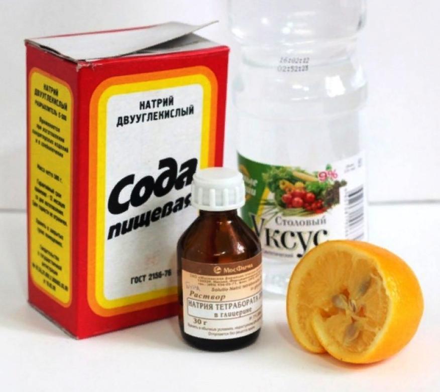 К примеру, пищевая сода, уксус, нашатырный спирт, лимон — справятся со многими загрязнениями на кухне и в ванной
