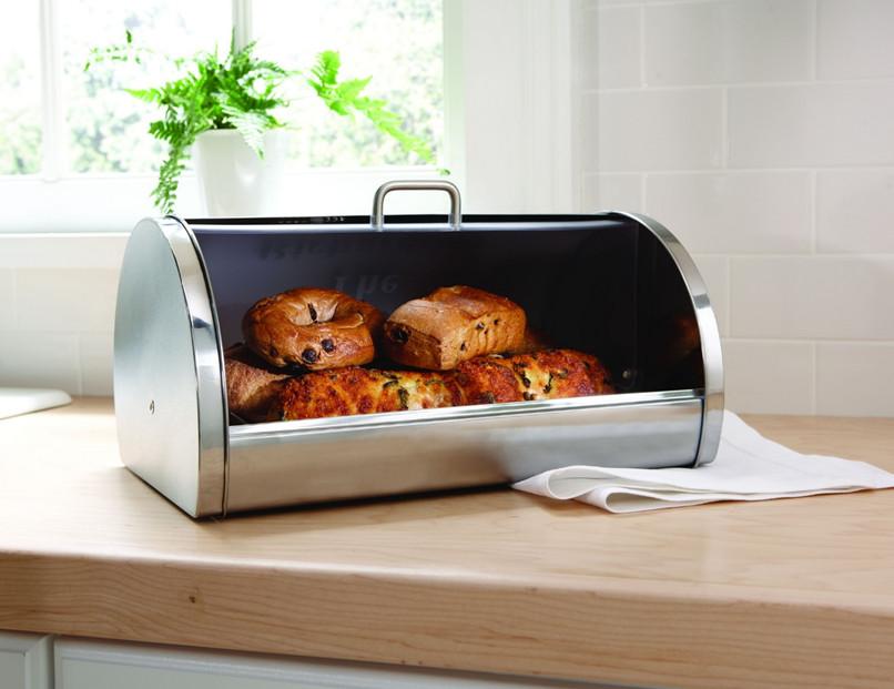 Хранить булки нужно в герметичной хлебнице — отсутствие воздуха позволит им долго оставаться свежими и мягкими