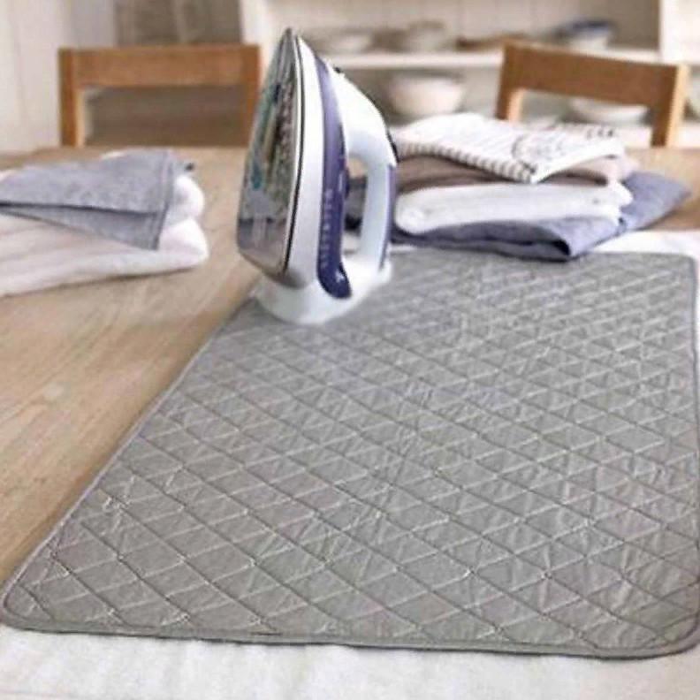 На Алиэкспресс продается специальный коврик для глажки одежды. Он огнеупорный и подходит для любой ровной поверхности. Стоит около 450 рублей.