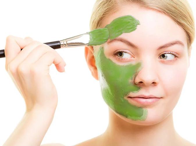 В косметологии шпинат включается в простые рецепты масок для лица. Компрессы из проваренных листьев увеличиваю эластичность кожи, разглаживают мелкие морщины. Массаж замороженными кубиками даёт омолаживающий эффект