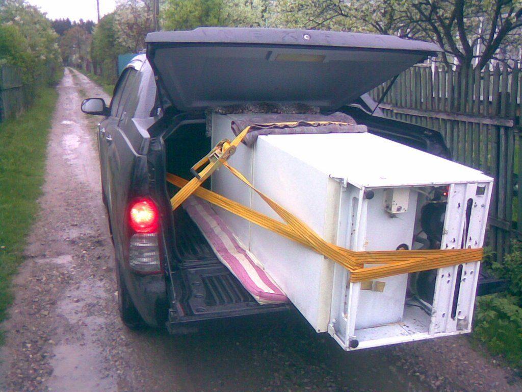 При транспортировке лежа холодильник должен быть прочно зафиксирован, упакован и полностью находиться в автомобиле. Иначе его можно не довезти до пункта назначения в рабочем состоянии