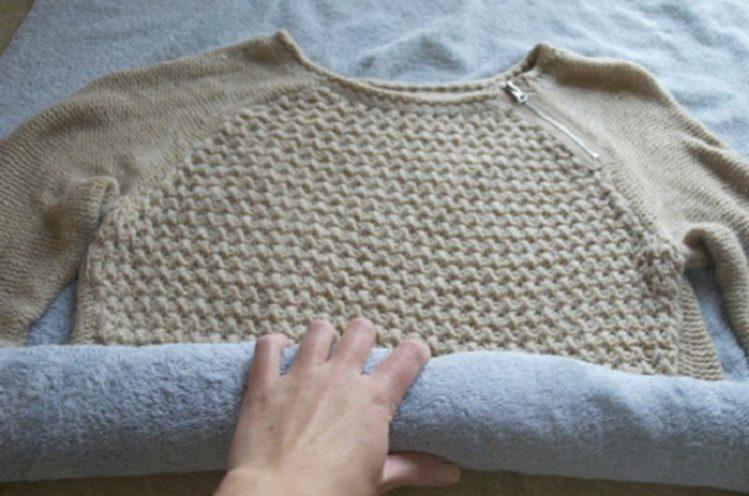 Чтобы вещь быстрее высохла — заверните ее на 10-15 минут в махровое полотенце. Оно впитает влагу