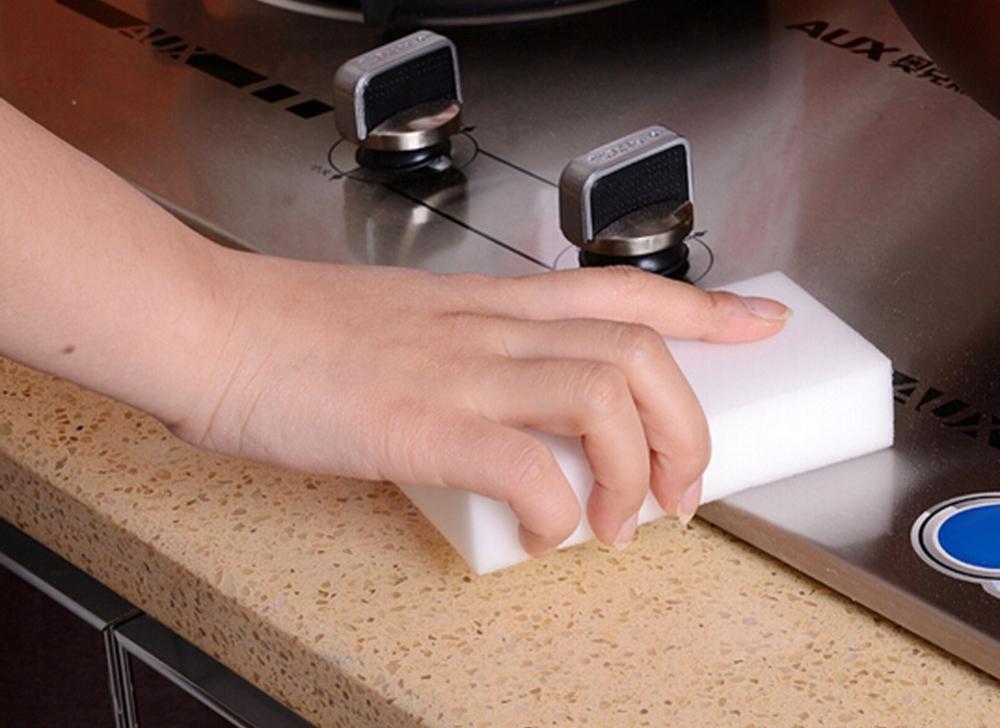 Меламиновая губка-ластик быстро удаляет жирный налет