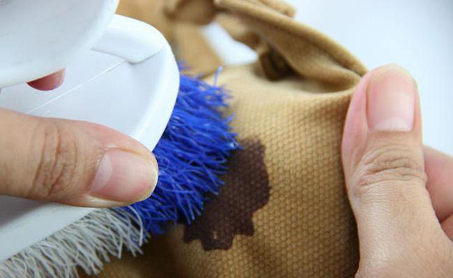 Если потрете жесткой щеткой пятно на одежде, повредите волокна ткани. Возьмите мягкую поролоновую губку, она безопасна для тканей