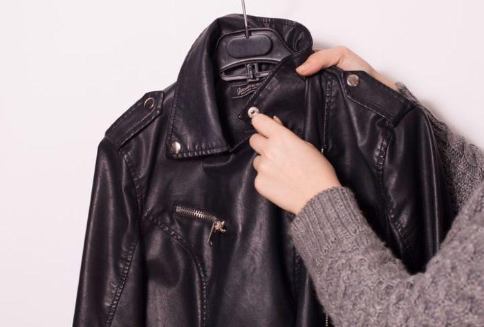 Если кожаная куртка намокла, ее нужно высушить: повесьте на плечики и распрямите складки