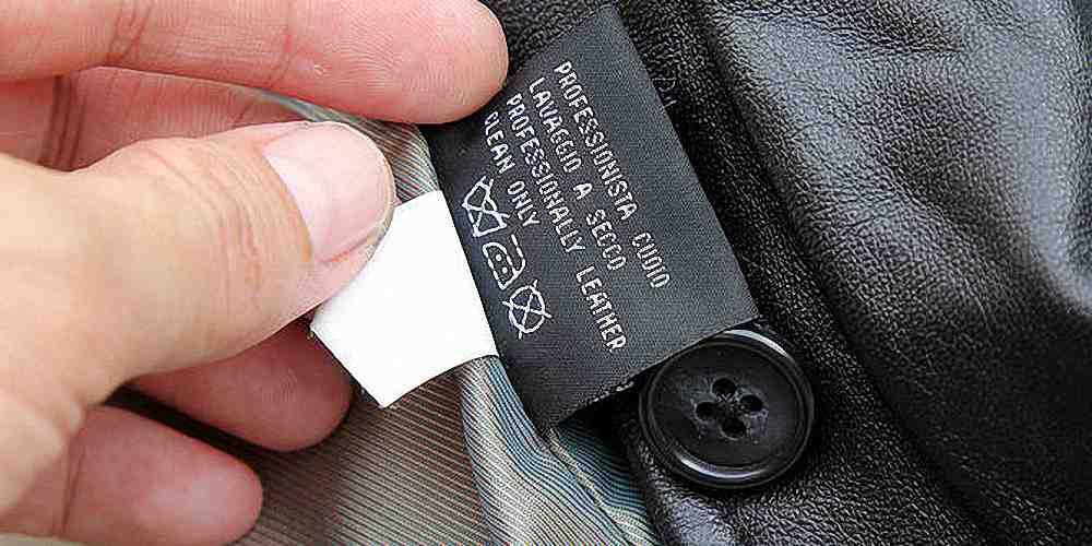 На ярлычке указано, как ухаживать за кожаной курткой. На фото, например, три знака — не мыть, гладить до 150 C°, химчистка запрещена.