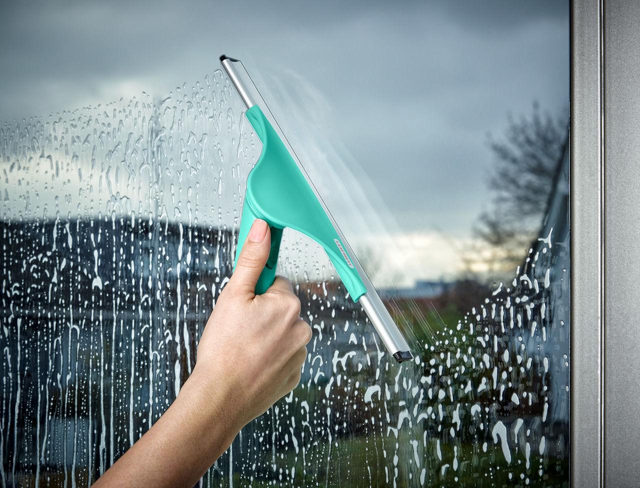 Резиновый шпатель равномерно убирает жидкость и не оставляет разводов