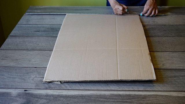 Подложите под испачканную одежду картон, он задержит клей и не даст ему проникнуть дальше
