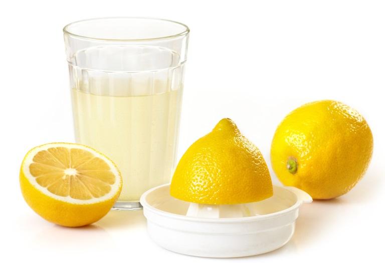 Лимонный сок — это естественный альтернативный отбеливатель для обуви