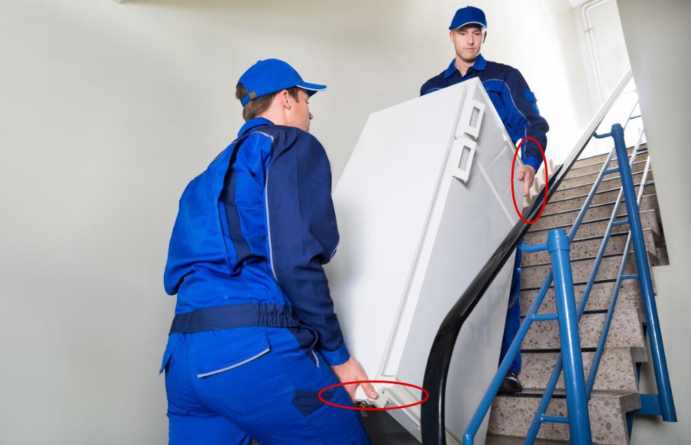 Переносить холодильник нужно вдвоем, на его цоколе и вверху есть места для захвата