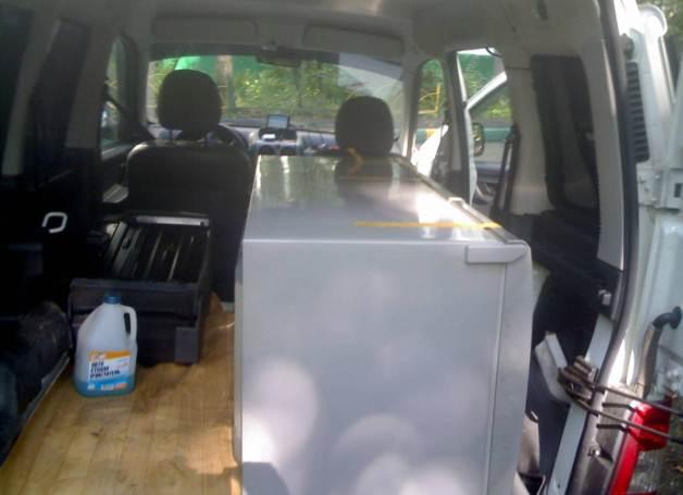 Перевозка холодильника в горизонтальном положении всегда проводится с соблюдением правил: дверца фиксируется скотчем, петли всегда находятся наверху