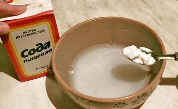 Сода с раствором перекиси водорода — отличный отбеливатель. Смешайте ингредиенты 1 Добавьте немного воды. Натирайте полученной пастой загрязненные участки