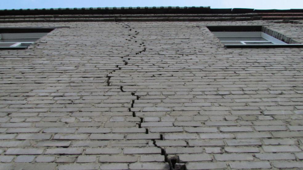 На средних этажах может появиться плесень, если есть трещины в швах стен, между кирпичами и плитами