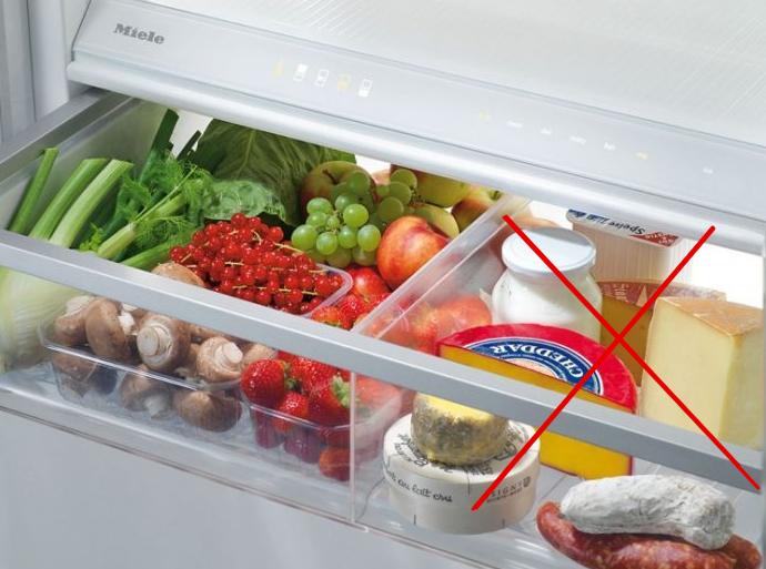 Чтобы понять, как хранить сыр в холодильнике долго, надо знать его сортовые особенности. На полке холодильника он долго не пролежит, если не поместить его в герметичную емкость