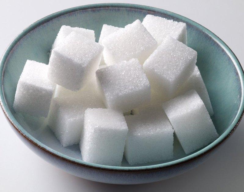 Сахар, упакованный вместе с сыром в пакет, удалит лишнюю влагу и сыр сохранится свежим дольше