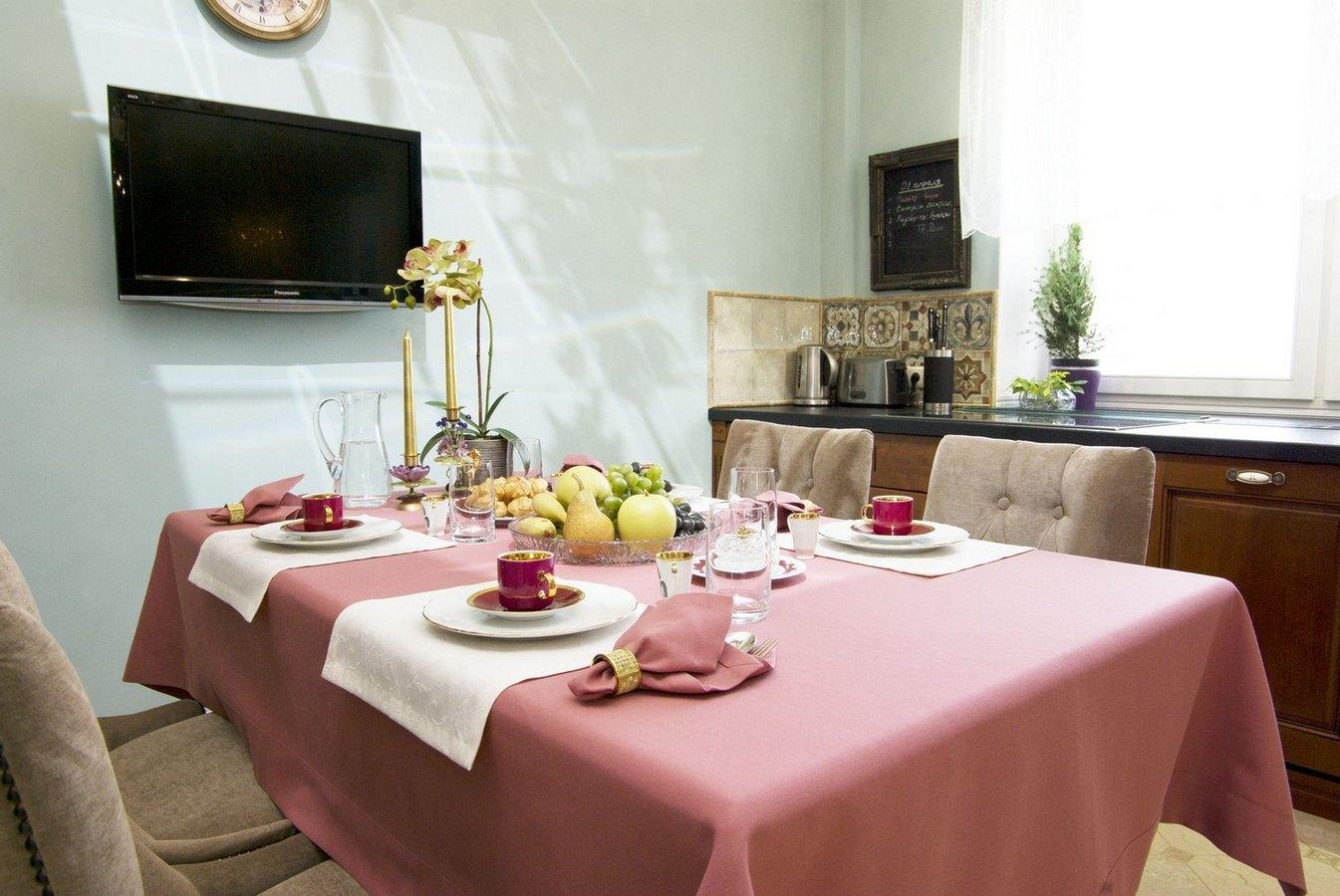 Скатерть не должна свисать с края стола более чем на 50 см, чтобы не мешала сидящим.