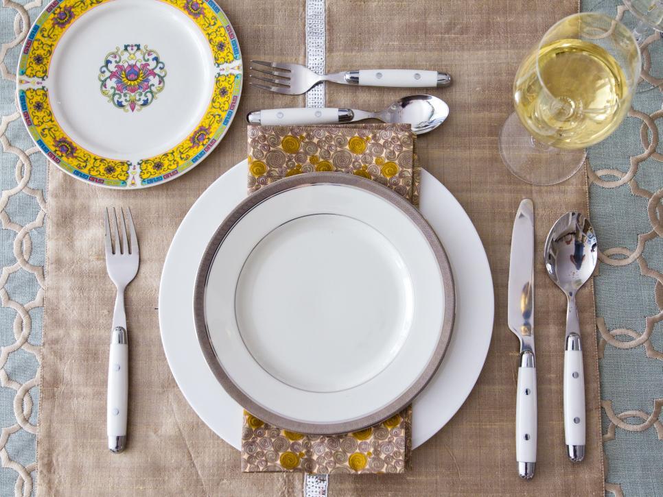 Красивая окантовка или орнамент на тарелке внесут «изюминку» в сервировку