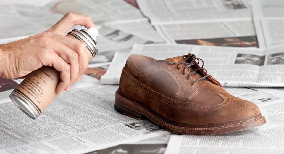 В уходе за кожаными ботинками нужно использовать водоотталкивающее средство. Из народных средств можно использовать глицерин или льняное масло